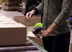 Snímače kódů na prst usnadňují identifikaci položek ve skladu.